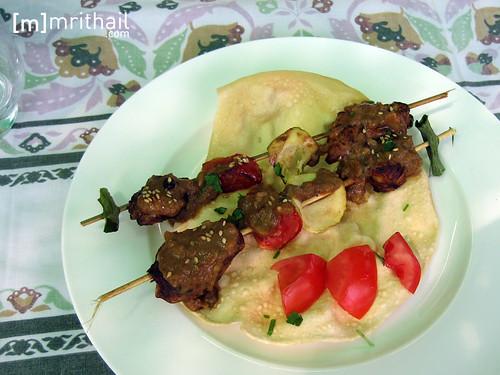 brocheta de saté con salsa de cacahuetes
