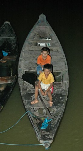 Garotos na canoa (Santarém - PA)