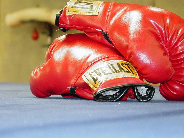 Für den Boxampf Klitschko vs. Peter werden die Handschuhe geschnürt