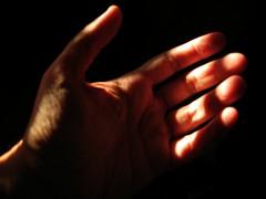 Caresser_la_lumière (KaRiNe_Fr) Tags: self hand bureau lumière main left caresse