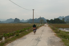 Cyclist, near c Kh, M c rural district (former H Ty province), Hanoi, Vietnam - Wednesday, 6th October 2010 (Lumire en juin) Tags: road mountains bicycle rural vietnamese cyclist vietnam   hty  chahng     mc ckh