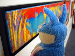 Lapin Poulain visits an exhibition.