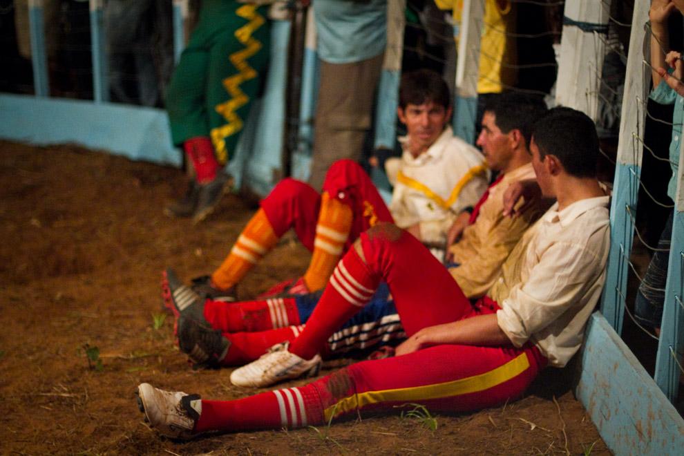 Los hermanos Ledesma, descansando después de una ajetreada tarea, antes de su presentación final, mientras el Payaso Manzanita distrae al público.   (15 de Agosto, Paraguay - Tetsu Espósito)