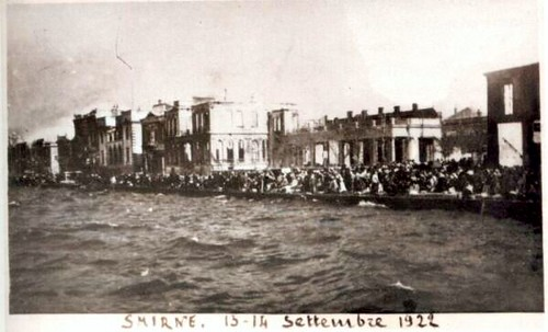 Binalar yanıyor, kurbanlar kaçmaya çalışıyor. 13-14 Eylül 1922