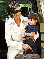 Katie Holmes gives daughter Suri, 14 months, a lift at the Berlin airport on Sunday. (HOLLYWOOD KIDS) Tags: woman cinema celebrity female mom katie femme mommy mulher hollywood actress moviestar movies celebrities mummy holmes popstar atriz katieholmes hollygossip