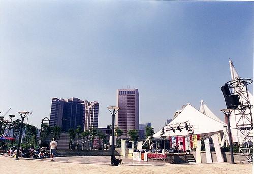 當代市政府前廣場的天際線與現在差很多