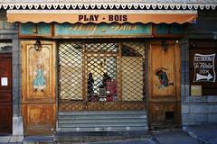 Play-Bois (Markus Moning) Tags: old boy france facade toys town wooden store frankreich play display schaufenster laden playboy briançon holz canoneos350d spielzeug geschäft bois fassade moning briancon playboys markusmoning playbois