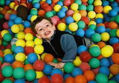 Moment de pur bonheur (homardbleu) Tags: smile kid balls colored enfant sourire balles multicolore