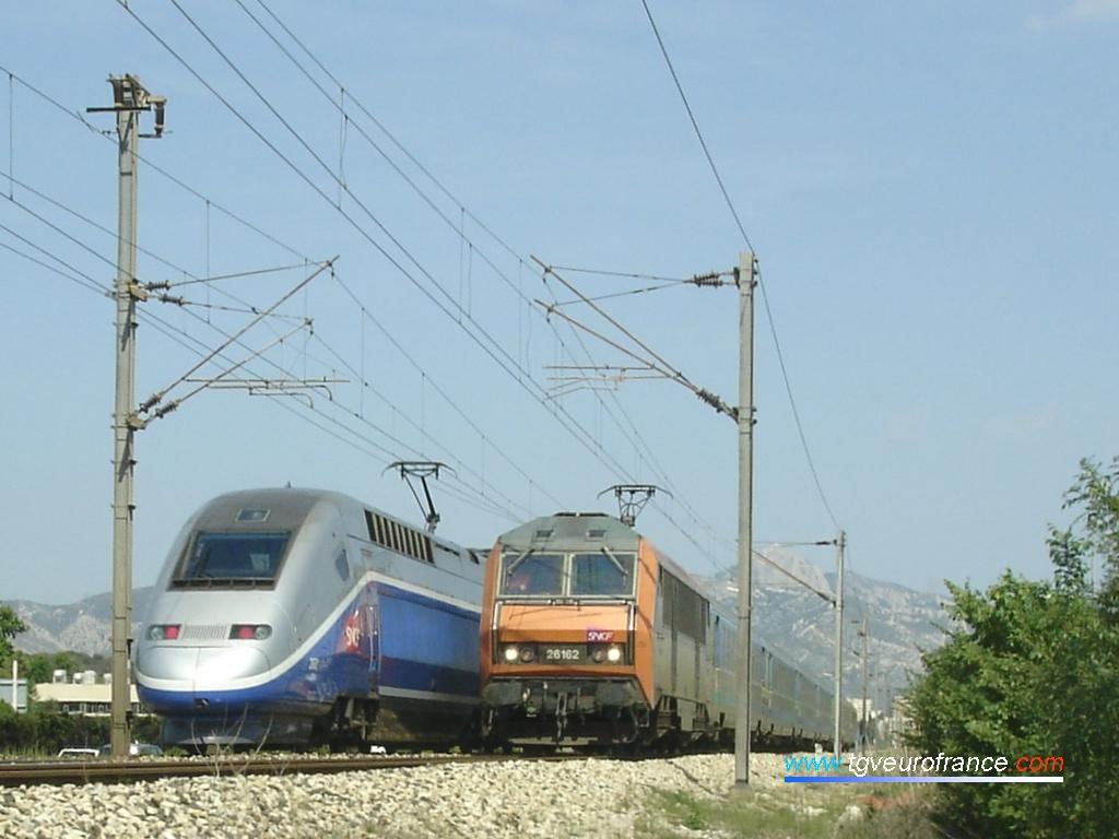 Croisement entre deux TGV Duplex en UM et un train Corail Téoz tracté par la locomotive BB 26162