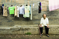 Old Woman (Pawel Maciejewski) Tags: china travel grandma woman wall nikon asia beijing courtyard laundry oldlady d200 hutong tradition everydaylife oldbeijing zhongguo siheyuan chiny nikond200 azja pawelmaciejewski