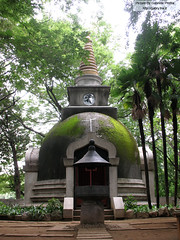 "Small temple in Ueno Park <a style=""margin-left:10px; font-size:0.8em;"" href=""http://www.flickr.com/photos/24828582@N00/1312538295/"" target=""_blank"">@flickr</a>"