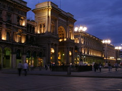 Galleria Vittorio Emanuele II (magro_kr) Tags: city italy milan building shop square evening italia gallery milano galeria lombardia lombardy miasto sklep budynek plac wieczr wochy wlochy wieczor mediolan
