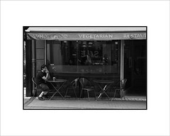 Terraza en Dublín.jpg (Jose Luis Durante Molina) Tags: ireland bw bar pub perfect europa europe photographer eire personas reflexions irlanda the coolestphotographers instataneas joseluisdurante