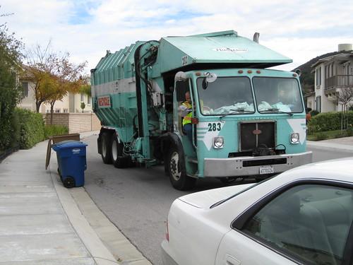 垃圾車的機械手臂收回去