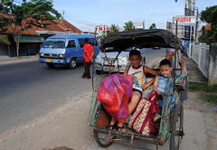 Becak (tokek belanda (very busy)) Tags: life street boy boys public kids children indonesia java tim traffic brothers taxi nick transport central kinderen daily nicolas transportation timothy jalan jawa timo indonesi becak leven fiets straat jongens yos verkeer tengah broertjes dagelijks kebumen fietstaxi gombong sudarso