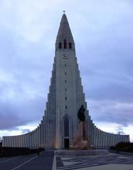 Islanda 2010-01 (Felson.) Tags: trip travel sky holiday church statue clouds iceland nuvole leifureiriksson reykjavik chiesa cielo statua hallgrmskirkja 2010 islanda
