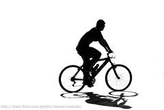 Sombra... (Bolivar Trindade) Tags: praia bike silhouette brasil backlight canon contraluz rebel bolivar bicicleta highkey trindade silhueta pedalando altocontraste xti abigfave duetos aplusphoto superdueto bolivartrindadeallrightsreserved