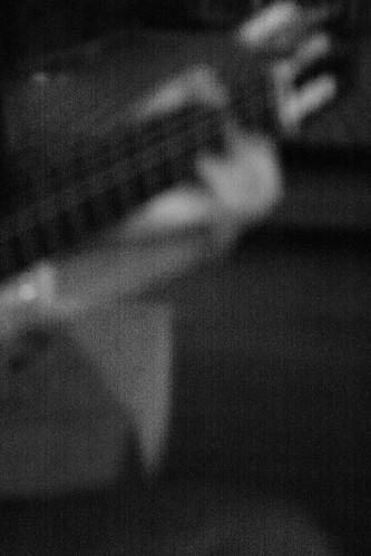 午夜彈吉他的手 -  Guitarist at midnight.