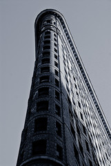Flatiron Building (Sam Rohn - 360 Photography) Tags: nyc newyorkcity blackandwhite bw usa newyork blancoynegro architecture interesting nikon noiretblanc manhattan z te d200 nikkor flatironbuilding biancoenero czarny locationscouting locationscout jork budynek nowy tagi biay 18200mmf3556gvr wysoki samrohn dziwny zrobiam przyjemnocia