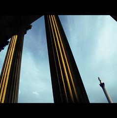 TRAFALGAR GAZE (Elena Fedeli) Tags: greatbritain london statue columns trafalgar trafalgarsquare highcontrast nationalgallery goldenhour trafalgarcolumn trafalgarmonument canon5dmark2 canon5dii canon1635mmlens peristiluim
