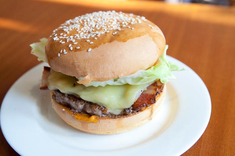 Cafe De La Paix burger
