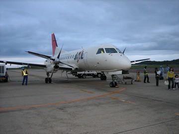 岡山空港に到着のサーブ機