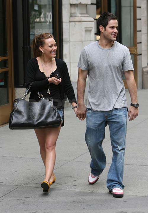 hilary-duff-mike-comrie-hands-01