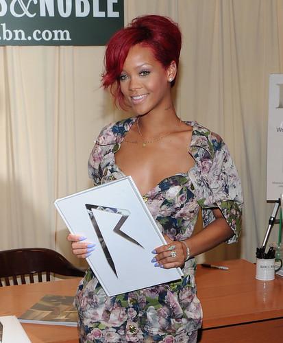 Rihanna+Signs+Copies+Rihanna+m9JcW93U2Hgl