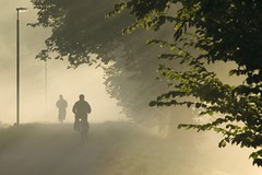 Fietsers in the ochtendzon / cyclists in the morningsun (beeldmark) Tags: mist holland netherlands bicycle fog cycling utrecht nederland commuting sunrays fietsen fiets  mistig  zonnestralen woonwerk supershot provincieutrecht k10d pentaxk10d infinestyle tamron18250 tussennieuwegeinenutrecht beeldmark