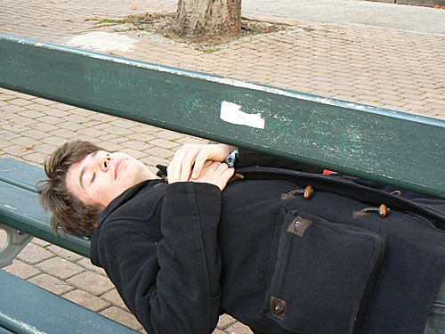 sieste sur un banc.jpg