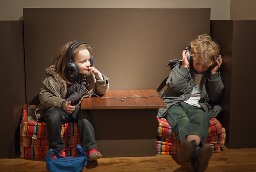 Anna en Jan luisteren naar dialecten