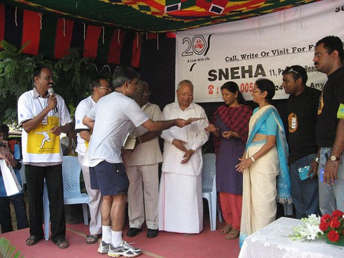 Ramani handing over the prize money back to Sneha