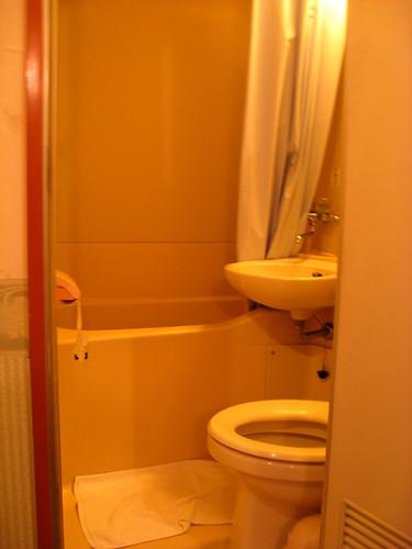 oak hotel bathroom