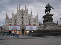 Piazza del Duomo (magro_kr) Tags: city italy sculpture horse milan building church monument statue square evening king italia cathedral milano lombardia kon lombardy miasto katedra kosciol koci pomnik rzeba budynek krol plac wieczr ko wochy wlochy rzezba wieczor mediolan krl