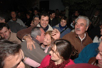 Sergio Cóser saluda a sus simpatizantes