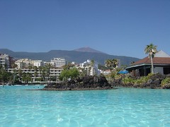 Lago Martianez + El Teide (cinetech) Tags: lake de puerto lago islands la spain canarias cruz pools tenerife canary teide piscinas puertodelacruz lido norte noth martianez