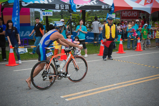 Triathlete mounts bikes in Taitung International Triathlon
