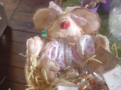 Cesta com coelha (Atelier CAFOFO Chique) Tags: ceramica galinha guirlanda sapo vela coelho almofada pascoa ovo cesta tecido colcha cafofo