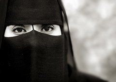 Veiled Dhofar woman in Salalah, Oman (Eric Lafforgue) Tags: woman eyes veiled yeux niqab oman regard omn burka salalah  dhofar  om  omo umman omaan voilee     omna omanas umn