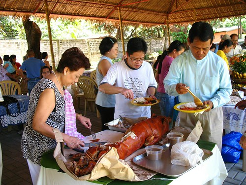 Philippines,Pinoy,Filipino,Pilipino,Buhay,Life,people,pictures,photos,lechon, man, woman, traditional roast pork pig celebration