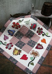 ToAlHa De MeSa (DoNa BoRbOlEtA. pAtCh) Tags: flowers flores chicken square hearts coraes strips galinhas tiras quadrados toalhademesa quiltlivre donaborboletapatchwork denyfonseca caseadomo