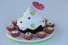 XXL Cupcake mit passenden kleinen Muffins (suess-und-salzig) Tags: cupcakes stuttgart cupcake dots muffin ulm esslingen figuren torten punkte gppingen geislingen ssen staufeneck eislingen salach donzdorf wwwsuessundsalzigde krohz englischehochzeitstorten amerikanischehochzeitstorten