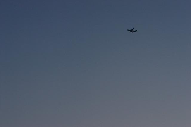 夕闇の飛行機