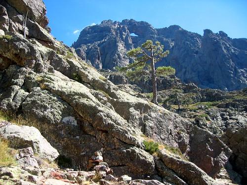 Fin de la trace cairnée de Tana di l'Orsu: le chorten après la traversée horizontale