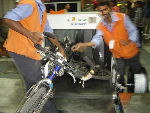 Pasando la bici por la cinta de deteccion del aeropuerto de Delhi