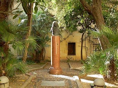 jardin en face maison Napoléon.jpg