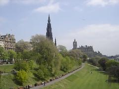 Edinburgh (Keith Mac Uidhir  (Thanks for 3m views)) Tags: park blue sky cloud verde green monument garden hotel scotland edinburgh groen blauw blu himmel vert cu bleu ciel scot cielo grn blau  niebieski   mavi g balmoral zielony hijau  biru langit gkyz yeil asul berde    niebo taivas       obloha  xanh bu tri     hemelgewelf      muxanh
