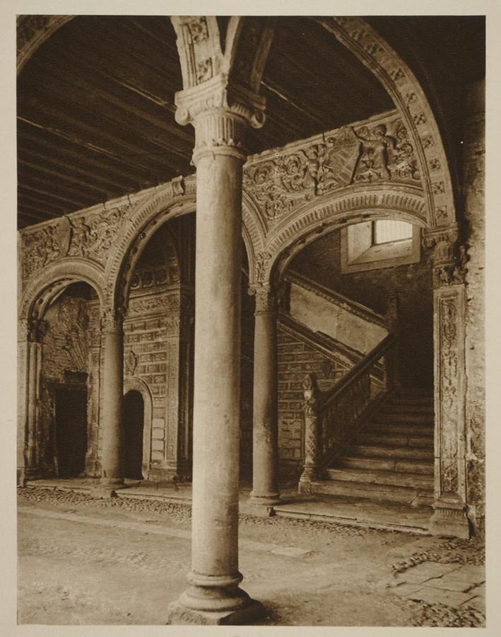 Escalera del Museo de Santa Cruz hacia 1915. Fotografía de Kurt Hielscher.