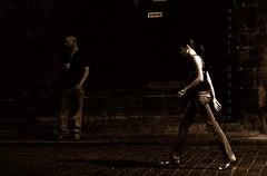 Passeio noturno (Ísis Martins) Tags: street people abend pessoas prague strasse cotidiano prag praha praga tschechien menschen noite rua seta passeio spaziergang sépia streetshot pfeil repúblicatascheca alltagszene