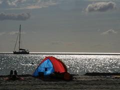 relaxing (giorgioGH) Tags: red mare blu cielo sole rosso tenda italians